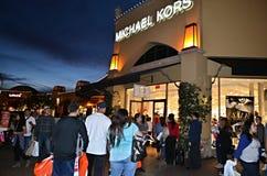 Shoppa folkmassan som söker efter de bästa försäljningarna Royaltyfria Bilder