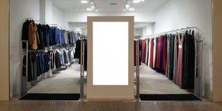 Shoppa Front Electronic Advertisement Mockup Klädlager som är horisontal arkivbild