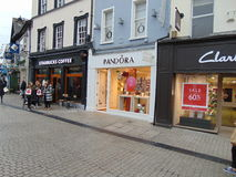 Shoppa Front Stores på Main Street Arkivfoto