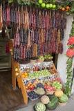 Shoppa fruktköpmannen på gatan av Tbilisi arkivfoton