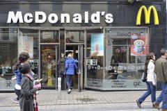 Shoppa gatan Galway, Irland Juni 2017, beträffande snabbmat för Mc Donald ` s Royaltyfria Foton