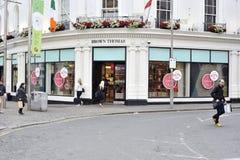 Shoppa gatan Galway, Irland Juni 2017, bruna Thomas Store, gir Arkivfoto