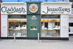 Shoppa gatan, Galway, Irland Juni 2017, Claddagh juvelerare shoppar, Arkivbild
