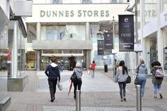 Shoppa gatan Galway, Irland Juni 2017, den Eyre fyrkanten som shoppar Cen Arkivbild