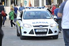 Shoppa gatan, Galway, Irland juni 2017, det Garda kortet som ner kör Royaltyfri Foto