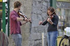 Shoppa gatan, Galway, Irland juni 2017, duett av violinisten i Royaltyfri Fotografi