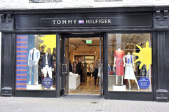 Shoppa gatan, Galway, Irland Juni 2017, Tommy Hilfiger Store, gi Arkivfoton