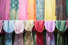 Shoppa halsduken i Istanbul royaltyfria foton