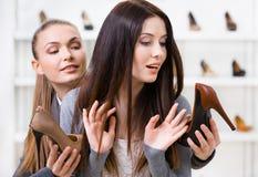 Shoppa heeled skor för assistenten erbjudanden för kunden royaltyfri fotografi