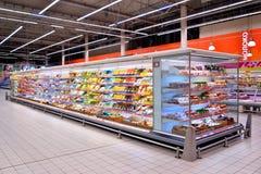 Shoppa hyllor av ost i stormarknadkarusellen Royaltyfri Bild