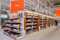 Shoppa hyllor av rött vin i stormarknadkarusellen Royaltyfri Fotografi