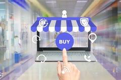 Shoppa i bärbara datorn fotografering för bildbyråer