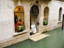 Shoppa i en översvämmad gata. Venedig Italien. Arkivbilder