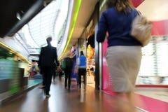 Shoppa i en galleria Fotografering för Bildbyråer