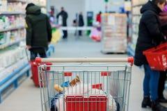 Shoppa i en supermarket Kvinnan köper frukt och mejeriprodukten arkivfoto