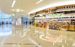 7-11 shoppa i flygplats Arkivfoto
