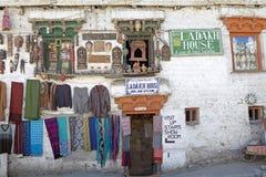 Shoppa i Leh, Indien Arkivbilder