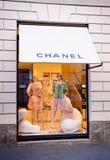 Shoppa i Milan: Chanel lager via Montenapoleone royaltyfri fotografi