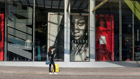 Shoppa i Paris Les Halles Arkivfoto