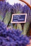 Shoppa i Provence dekorerade med lavendel- och tappningsaker Fotografering för Bildbyråer
