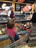 Shoppa i Sainsbury& x27; s - köttavsnitt Royaltyfria Foton