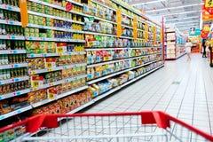 shoppa i supermarket arkivfoto