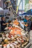 Shoppa inom Riga den centrala marknaden Royaltyfria Bilder