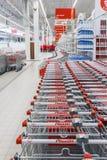 Shoppa inre med shoppingvagnar arkivbild