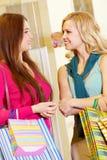 shoppa kvinnor Arkivfoton