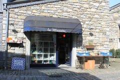 Shoppa lite i Durbuy, Belgien arkivbilder
