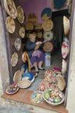 Shoppa med flätade produkter av vassen Royaltyfri Foto