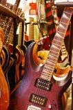 Shoppa med gitarrer 2 Arkivbilder