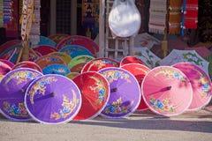 Shoppa med kulöra paraplyer Royaltyfri Fotografi