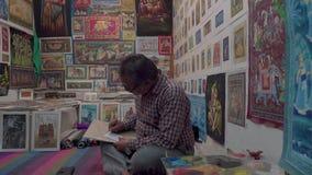 Shoppa med målningar i aftonen i Indien arkivfilmer