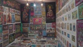 Shoppa med målningar i aftonen i Indien stock video