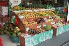 Shoppa med tropiska frukter i det turist- området av Sanya Arkivfoton