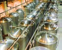Shoppa mognad av öl på bryggeriet Arkivfoton