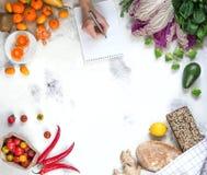 Shoppa nya sunda grönsaker, frukter, örter, bröd royaltyfria foton