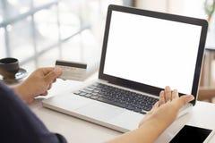 Shoppa online-begrepp, folk som använder kreditkorten Arkivfoton