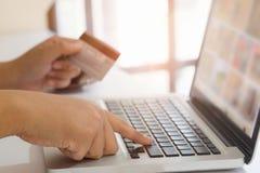 Shoppa online-begrepp, folk som använder kreditkorten till att shoppa Fotografering för Bildbyråer