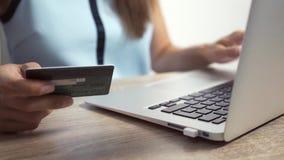 Shoppa online-begrepp Kvinnan r?cker den h?llande kreditkorten och anv?ndab?rbara datorn stock video