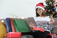Shoppa online-begrepp Ung kvinna som rymmer den digitala minnestavlan och Arkivfoton