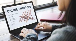 Shoppa online-Shopaholics E-kommers E-shopping begrepp Arkivbilder