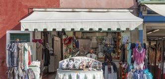 Shoppa på ön av Burano Arkivfoto