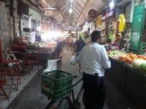 Shoppa på den Mahane Yehuda marknaden Jerusalem royaltyfri fotografi