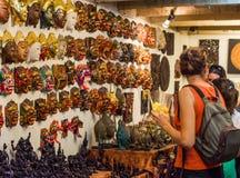 Shoppa på den Thachang marknaden Arkivbilder