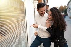 Shoppa par som pekar utomhus på, shoppa Royaltyfri Fotografi