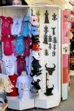 Shoppa roliga minnen i en fot- gata av Saintes-Maries-de-la Royaltyfri Foto