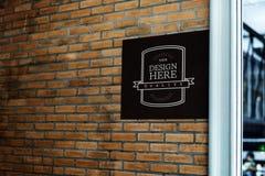 Shoppa signagemodellen på en tegelstenvägg arkivfoton