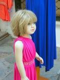 Shoppa skyltdockan, ung flicka i rosa färgklänning arkivfoto